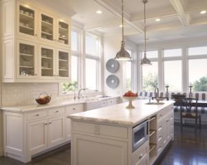 Стольные лампы на белой кухне