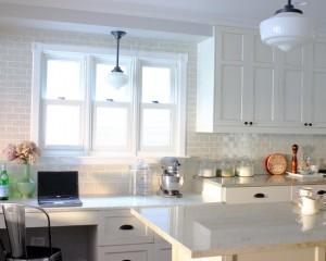 Белая плитка, кухонные шкафы и люстры
