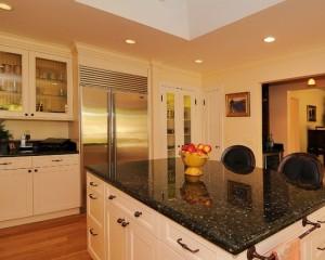 Белая кухня с стольным холодильником