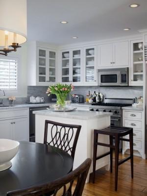 Классическая бело-коричневая кухня. Фото