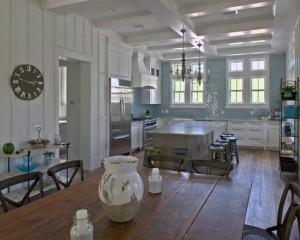 Классическая бело-голубая кухня. Фото