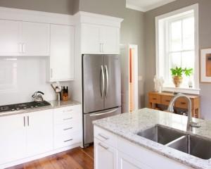 Белая кухня с мраморной столешницей. Фото