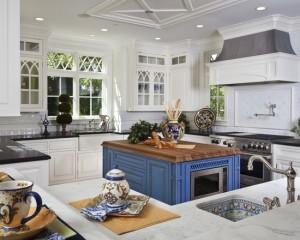 Белая кухня с синим островком