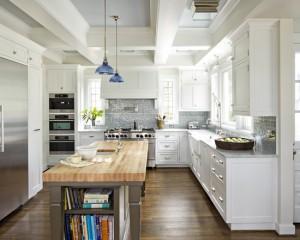 Кухня в стили модерн с синими люстрами