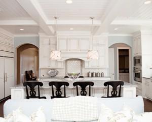 Контраст Белой мебели и черных стульев
