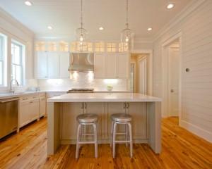 Светлая белая кухня на деревянном полу