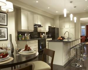 Фото: классическая белая кухня с деревянным столом