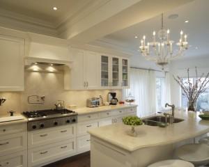 Белая кухня с ретро деталями