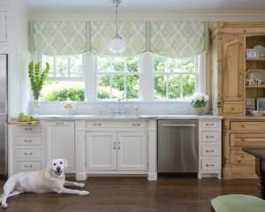 Белая собака на белой кухне