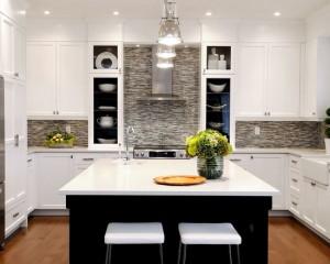 Фото: черно-белая кухня с островком
