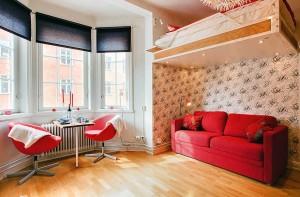 Яркая мебель и интересные дизайнерские решения в малогабаритной квартире