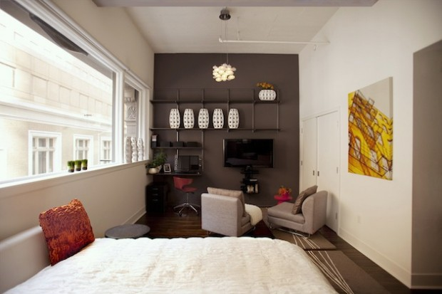 Малогобаритная квартира в дизайне которой присутствует картина, небольшие кресла, встроенный стеллаж
