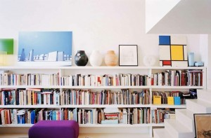 Интерьер книжных полок в малогабаритной квартире