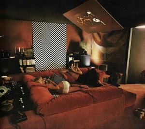 Дизайн домашнего кинотеатра с проректором на потолке