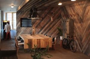 Дизайн мужской пещеры оформленная из дерева