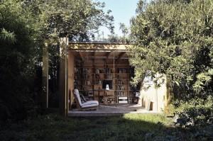 Небольшая библиотека спрятанная за деревьями