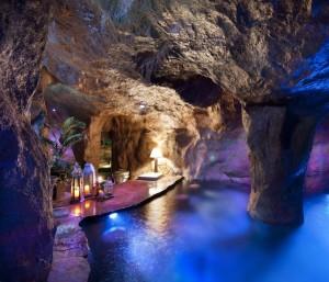 Интерьер мужской пещеры с бассейном в виде грота