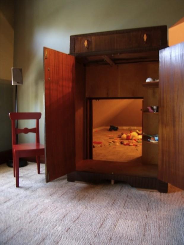 Проход в тайную комнату через шкаф