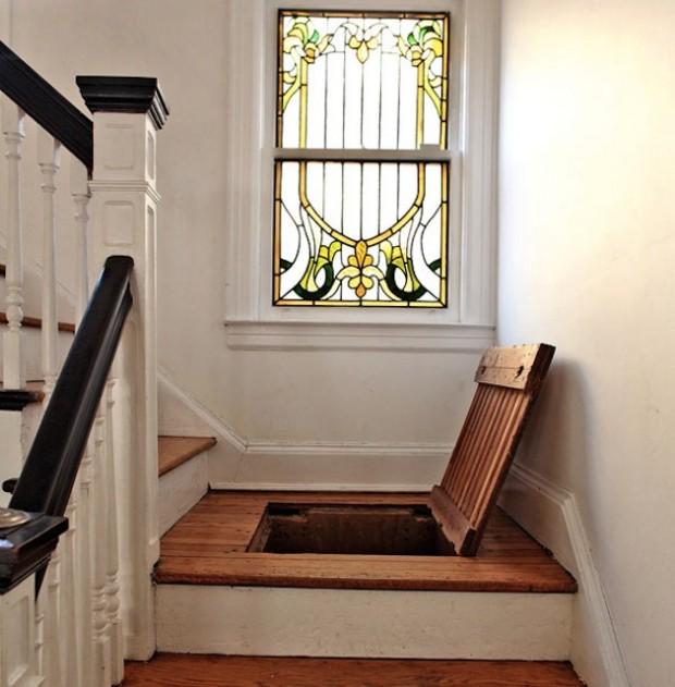 Вход в тайную комнату в пролете лестницы