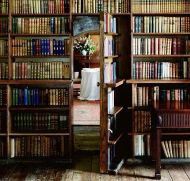 Вход в тайную комнату через библиотеку