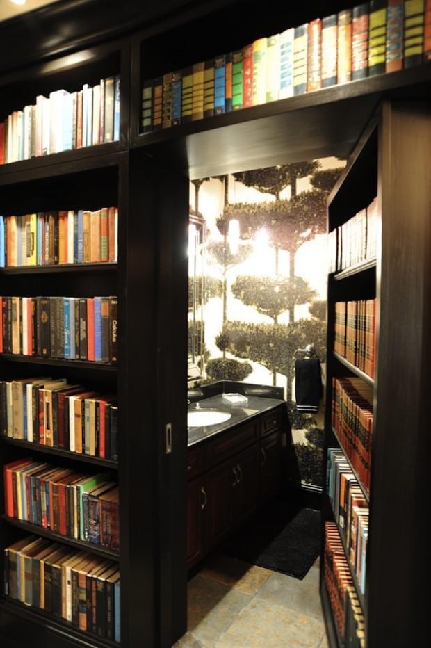 Фото: Тайная ванная комната спрятанная за книжным шкафом