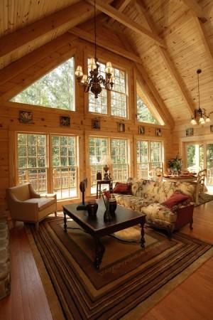 Просторная гостиная в деревянном доме