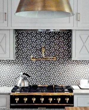 Черно-золотая плита на белой кухне