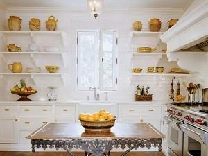 Декор кухни мелкими деталями золотого оттенка