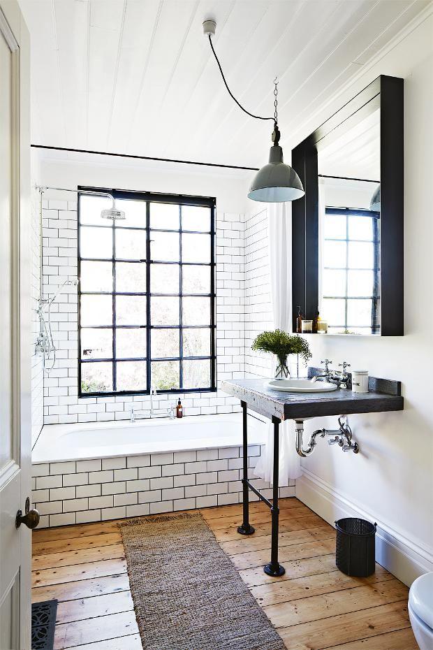 Ванная комната в стили лофт с большим окном