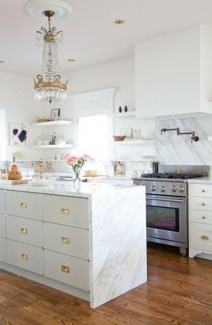 Декор белой кухни позолоченными деталями
