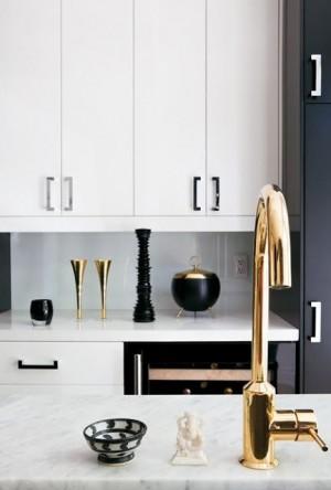 Позолоченный кран на кухни в стиле минимализм