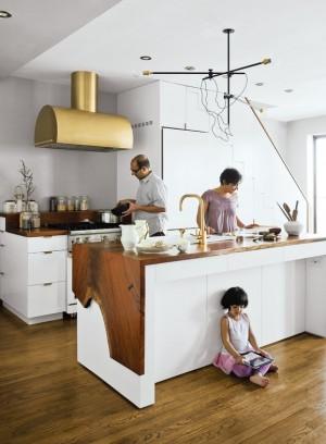 Крупные золотые детали, на компактной белой кухне