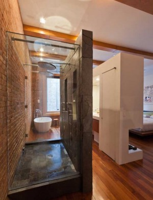 Совмещенная ванна со спальней с кирпичными стенами