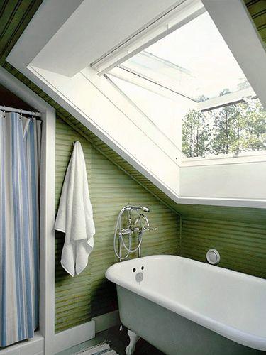 Небольшая Ванная комната с окном на крыше