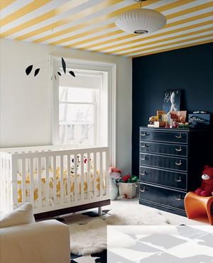 Детская комната с полосатым потолком