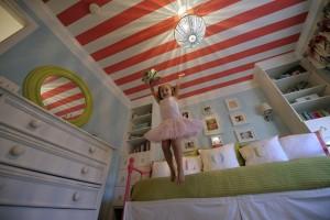 Красно белый полосатый потолок