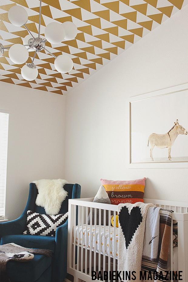 Фото: узор из треугольников на потолке