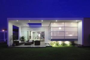 Дом с стиле минимализм с большим количеством стекла