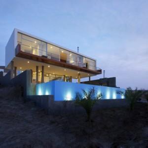 Много ярусный дом на склоне, с стеклянным фасадом