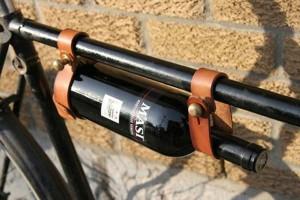 Держатель винных бутылок сделанный из ремней