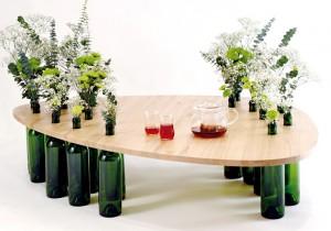 Журнальный столик, где роль ножек выполняют винные бутылки