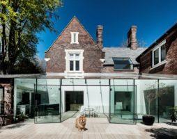 Эффектные и современные стеклянные фасады домов: 40 фото