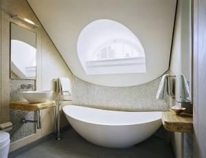 Необычное окно в ванной комнате