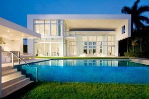Современный белый дом с стеклянными стенами