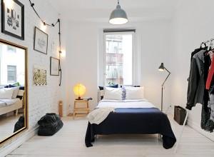 Скромная маленькая спальня с подвесным большим зеркалом