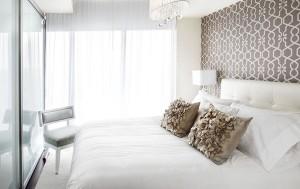 Небольшая спальня с стеклянными дверьми