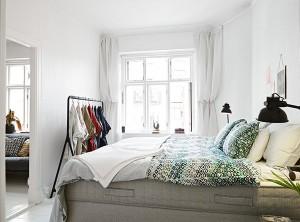 Светлый простой интерьер маленькой комнаты