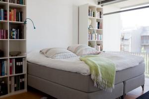 Раскладывающий диван в спальне