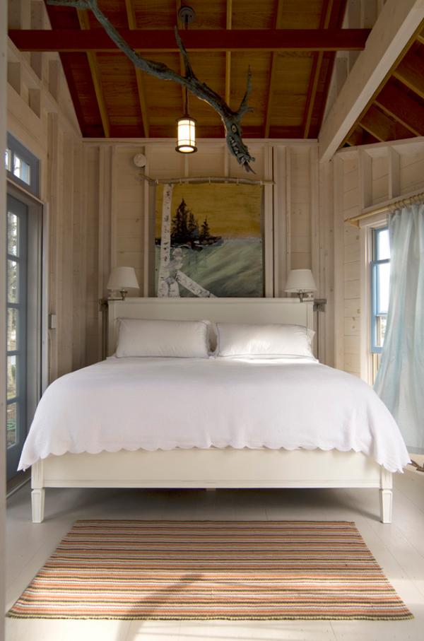 Спальня в деревянной комнате
