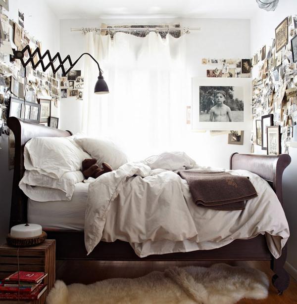 Небольшая спальня с коллажами на стенах